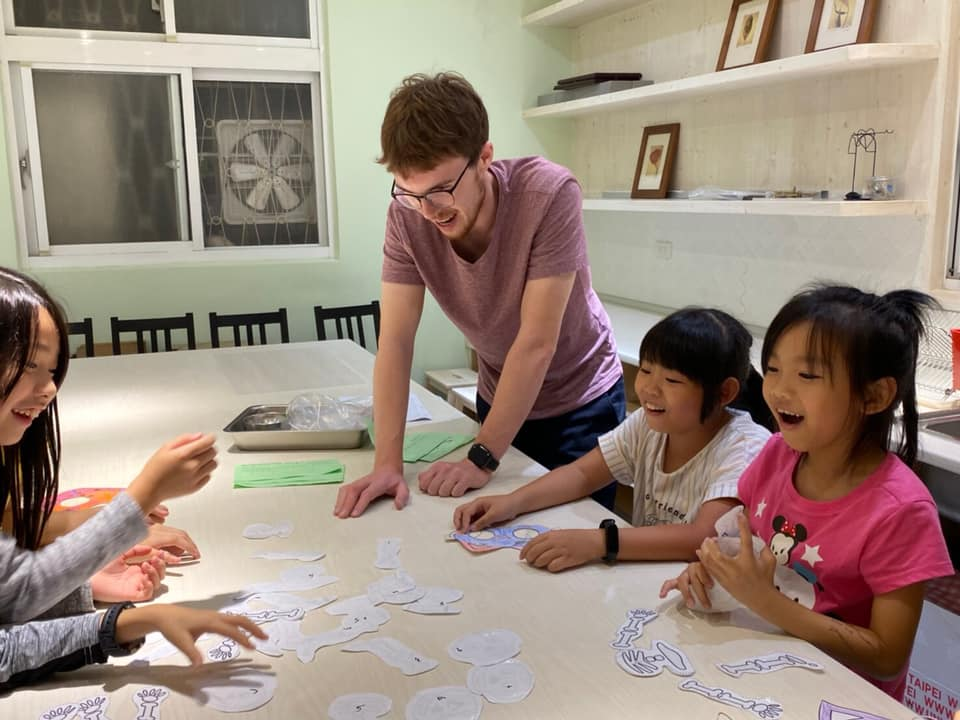Teaching English and Living in Taiwan, Native English Teachers Wanted image