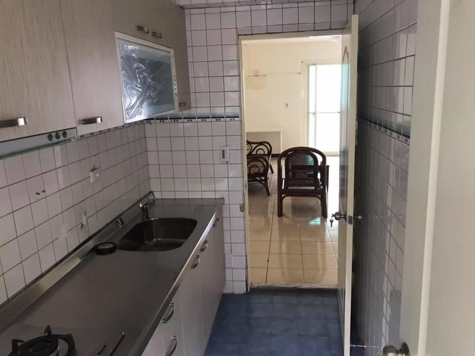 Teaching English and Living in Taiwan Apartments to Share, Huge cozy private room nearby 101 for rent image