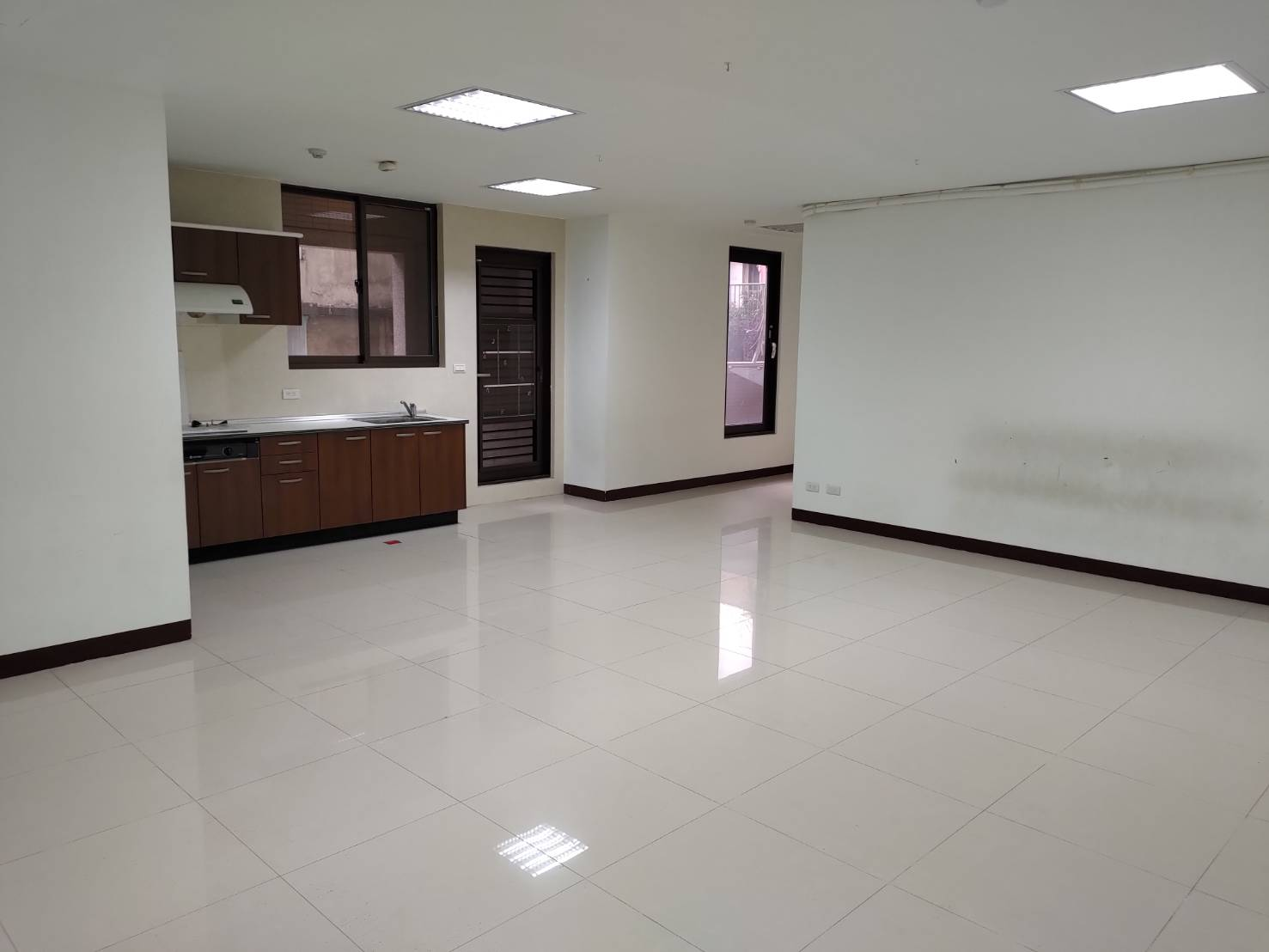 Teaching English and Living in Taiwan Apartments for One Family, Spacious space rent for online office or manpower image